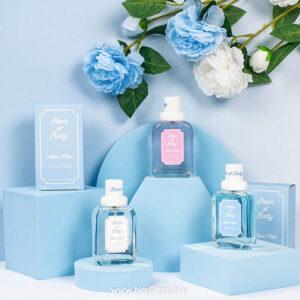 Chụp mỹ phẩm, nước hoa với khối hình học xanh dương, Nền màu, Hoa hồng , khối hình học, mỹ phẩm, nước hoa, sản phẩm, Trắng, xanh dương, xanh dương nhạt,
