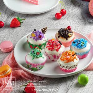 Bánh ngọt, BST, Cupcake, Đĩa sứ, đỏ, Macaron, nền gỗ, Nhiều màu sắc, sản phẩm, trái cây, Trắng, Vải voan, xám nhạt, chủ đề, concept chụp ảnh, gợi ý mua hàng