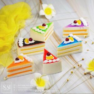 Bánh kem tam giác, Bánh ngọt, BST, Hoa cúc Brazil, Hoa đại, Nền vân đá, Nhiều màu sắc, sản phẩm, Trắng, Vải voan, vàng, chủ đề, concept chụp ảnh