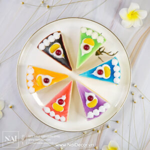 Bánh kem tam giác, Bánh ngọt, BST, Đĩa sứ, Hoa cúc Brazil, Hoa đại, Nền vân đá, Nhiều màu sắc, sản phẩm, Trắng, vàng, chủ đề, concept chụp ảnh