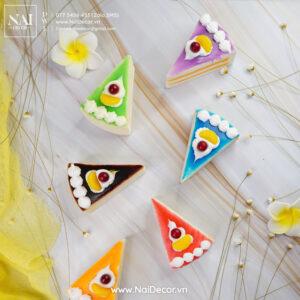 Bánh kem tam giác, Bánh ngọt, BST, Hoa cúc Brazil, Hoa đại, Nền vân đá, Nhiều màu sắc, sản phẩm, Trắng, Vải voan, vàng chủ đề, concept chụp ảnh,