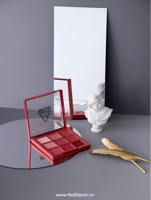 Chụp Phấn trang điểm đẹp với Gương trang trí ,Trang điểm ,Gương trang trí ,Tượng Mini ,Lông vũ Nhũ mini ,Nền xám ,