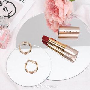Chụp Son môi đẹp với gương trang trí, Son môi ,Gương trang trí tròn ,Vải xô trắng ,Hoa Mẫu Đơn hồng ,Thiệp Mini ,concept chụp ảnh mỹ phẩm