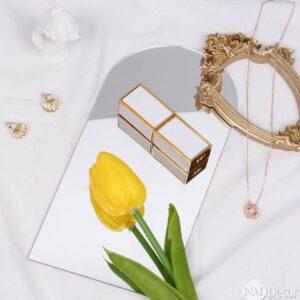 Chụp Son môi đẹp với gương trang trí, hoa Tulip, Gương trang trí, Nền vải trắng, Hoa Tulip giả, Tượng thạch cao Mini, set chụp son môi