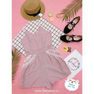 Chụp Váy đầm nữ với phông nền hồng, phụ kiện linh tinh, BST ,Quần Áo Nữ ,Bìa Caro ,Nền màu ,Bìa tạp chí ,Lá giả ,Trái cây giả ,