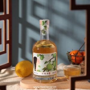 Chụp Rượu Mận với Khung cửa sổ Antique, tông màu nhẹ, BST ,Rượu / Bia ,Vải lanh ,Rổ sắt ,Thớt gỗ ,Nền màu ,Khung cửa sổ , Concept chụp tết