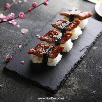 Chụp Sushi với Đĩa đá đen, BST ,Sushi ,Đĩa đá ,Nền xi măng , chủ đề chụp ảnh phong cách Nhật Bản, concept chụp ảnh đẹp